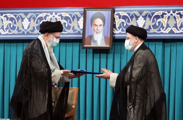 Am 3. August wurde Ebrahim Raissi (re.) vom Staatsoberhaupt Ali Chamenei offiziell als Irans neuer Präsident bestätigt