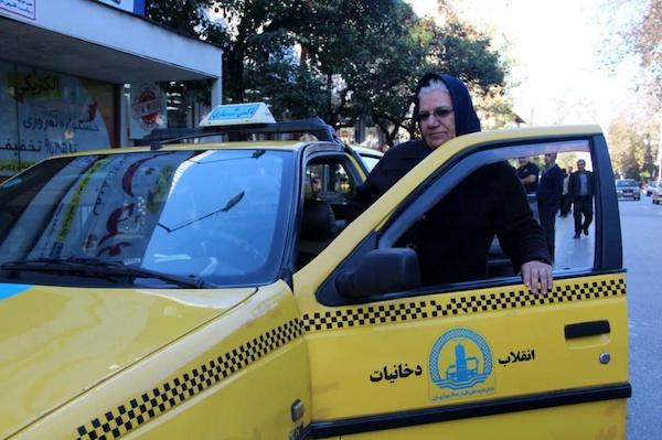 Immer mehr Frauen im Iran arbeiten als Taxi-, Bus- oder LKW-Fahrerin
